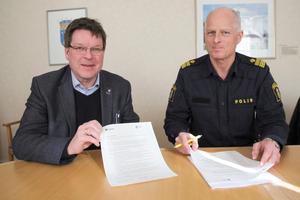 Ludvikas kommunalråd Leif Pettersson (S) och lokalpolisområdeschefen Mats Lagerblad har undertecknat löftet till medborgarna. Foto: Ludvika kommun