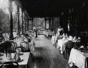 Så här fint dukades det vid förra sekelskiftet på verandan vid hotellet. Attraktionen att övernatta där steg då järnvägen kom på 1870-talet.