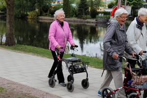 Pigga Ingrid Pettersson, 94, med sin rullator.  – Jag är en glad människa fast jag har lite ont i ryggen och är lite vinglig i huvudet,  säger hon.