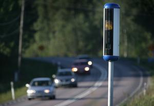 """Skribenterna har flera förslag på hur vi ska köra bättre i trafiken. Ett förslag är att även installera fartkameror på motorvägar. På detta sätt kan man också beivra även annan vårdslös körning, till exempel """"slalomkörning"""". Foto: Fredrik Sandberg/TT"""