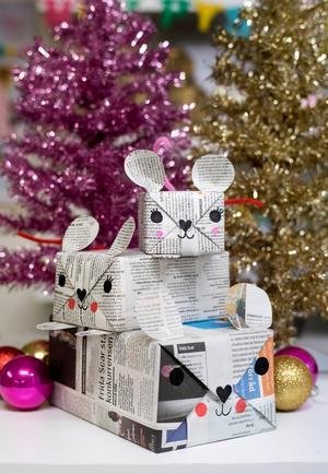 Gör söta mösspaket med hjälp av så enkla saker som tidningspapper, pennor, lim och piprensare.Foto: Björn Larsson Rosvall / TT