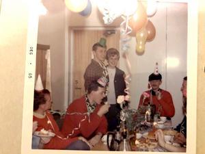 Kärleksparet då. Jan och Kerstin på en fest när de var unga, tagen i december år 1965. Foto: Privat