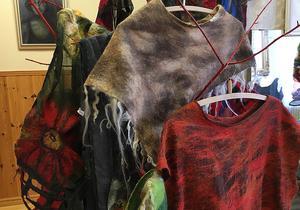 Varma ponchos  fanns att köpa inför vinterkylan. Dock är utställningen mer ett sätt att visa konst och hantverk än försäljning, menar Atoinette Forsblom.