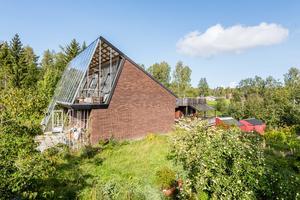 Den stora inglasningen används delvist som växthus. Bild: Länsförsäkringar Fastighetsförmedling Sundsvall