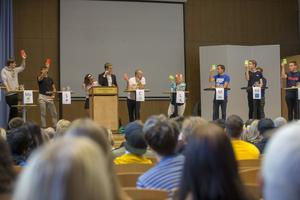 Under debatten fick partiföreträdarna bland annat svara ja eller nej på raka frågor, genom att visa ett grönt eller rött pappersark.