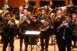 Stockholm Chamber Brass visade flera sidor av sitt artisteri i Västerås konserthus på torsdagskvällen. Här ser vi Tom Poulson, trumpet, Annamia Larsson, horn, Sami Al Fakir, tuba, Jonas Bylund, trombon, och Urban Agnas, trumpet.Foto: Anders Forngren