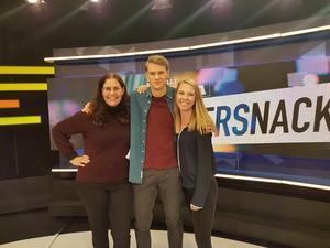 Klassföreståndarna Maria Malm Åberg, t.v. och Amanda Gustavsson, t.h. tillsammans med Lilla Aktuellt Skolas programledare Kristoffer Fransson. Bild: Molly Söderberg
