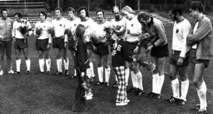 Seger mot Kramfors i sista matchen i oktober 1972 och seriesegern var bärgad. Spelarna tar emot blommor av unga opeiter på Torvallen efter segern. Från vänster Erik Axelsson, lagledare, sedan spelande tränaren Kay Wieståhl, Ove Holm, Gunnar Danielsson, Tommy Stenborg, Lars Sjödin (skymd), Hällarydar'n, Lasse Ifrén, Åke Sahlin, Göran Bengtsson, Odd Lindberg, Bertil Danielsson och Torbjörn Svensson.