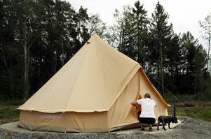 Till skillnad mot tipi-tälten är yurt-tälten mindre och helt oinredda.