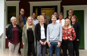 Här syns de fyra ungdomarna som har jobbat i Stöde och Matfors skolområde tillsammans med sina handledare och skolledare. Det första traineeåret inom skolan och förskolan i Sundsvalls kommun är avklarat och nu anställs tio nya traineer. Bild: Sundsvalls kommun