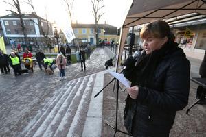 Katarina Raneborn  från arrangören Askersund för alla höll ett invigningstal om alla människors lika värde, miljön och klimatet.