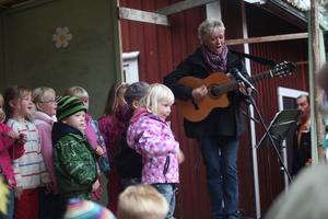 Lisa Lampert kompade de minsta barnen när de fick inta scenen och sjunga flera låtar. Lisa Lampert berättar att temaveckorna är bra för att svetsa ihop arbetslagen på skolan.
