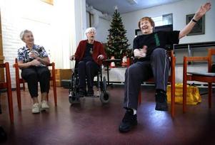 Margit En, Margit Bolin och Margaretha Anderson gympar ihop på Björkegrenska gården.