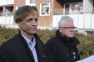"""Ulf Rosenqvist (till vänster) bedömer att det kan komma ett beslut i höst om att sälja Gallerian. I veckan har han begärt hjälp av driftchefen Jan Forsberg och övriga anställda att försvara Ludvikahem """"mot orättvisa skriverier""""."""