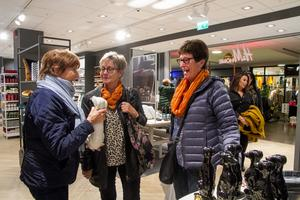 Marie Wallin, Gunilla Lönnberg och Lena Träff fortsatte att shoppa efter att ha tagit sig en varsin räksmörgås.