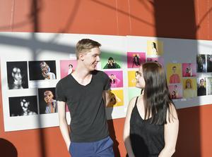 Lucas Hellbom tog hjälp av vännen Frida Celind Lundgren för att experimentera med olika ljuseffekter. Foto: Marie Näslund