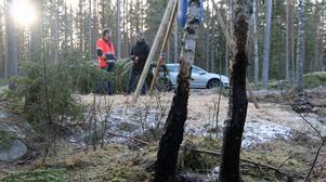 Vildsvinsfällan är väl kamouflerad och syns knappt bakom Thony Eriksson och Tobias Nordlander.