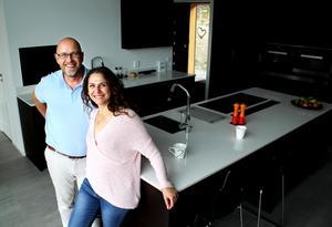 Dan Forsmark och Magdalena Freij i sitt nya specialbyggda kök från Kvänum.