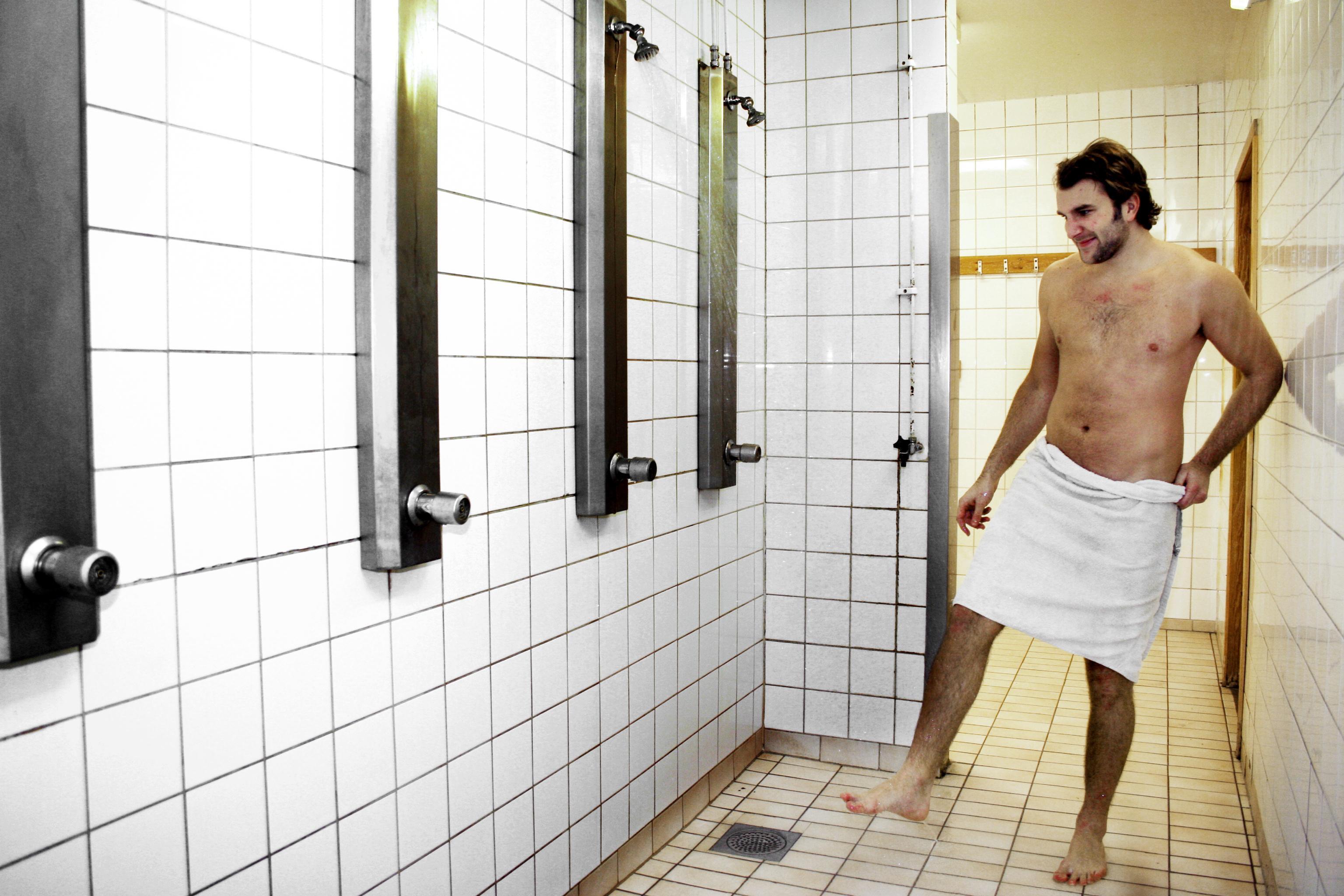 När den här bilden togs för ett antal år sedan hade Sydnärkehallen varit utan varmvatten under lång tid, och Niclas Jonsson svor åt eländet. Nu ska de slitna duschrummen rustas.Foto: Barbro Isaksson/Arkiv