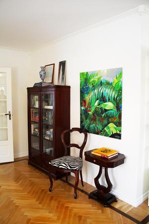 Tavlan med djungelmotiv är målad av Martina Clason, som även ligger bakom butikskonceptet Gul & Blå som var stort på 60- och 70-talet.