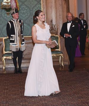 Kronprinsessan Victoria och kung Carl Gustaf anländer till kungaparets Sverigemiddag på Stockholms slott 2017.Foto: Fredrik Sandberg/TT