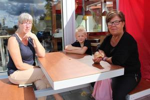 Marina Glas, Filip Glas Taskila och Anette Löf Nornholm delade bord under korvbjudningen.