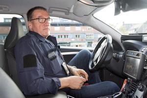 Trafikpolis Claes Lundström har läst inlägget och kommentarerna på Facebook om Västra vägens  hastighetsbegränsning. – Uppgiften om att man ska köra 80 kilometer i timmen har ett stort sakfel. Skylten visar den högst tillåtna hastigheten, sen är det upp till var och en att anpassa efter egen förmåga eller egen brådska, säger han.