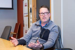 - Jag är väldigt plikttrogen, säger David Crawford som varit lärare på Vivallaskolan i 20 år. Han vill inte svika eleverna som ofta frågar hur länge han ska stanna.