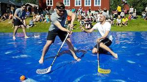 Bandyspelare på hal is i Håsjö. Årets tävling äger rum 14 juli.