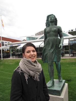 Kristina Sandberg, som skrivit trilogin om hemmafrun Maj, står vid skulpturen Maj i Söderhamn vid vårens författarbesök i staden. På tisdag kommer hon till Bollnäs.