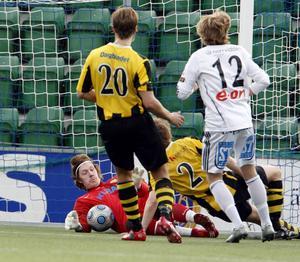 Kubikenborgs IF mot Medskogsbrons BK i division III-derby på Norrporten Arena våren 2009. Nummer tolv, med kalufsen, är en viss Emil Forsberg.