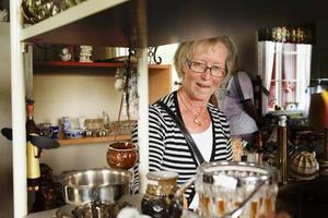 Rigmor Broström från Degerfors söker efter fynd och älskar att hitta roliga grejer på loppis.