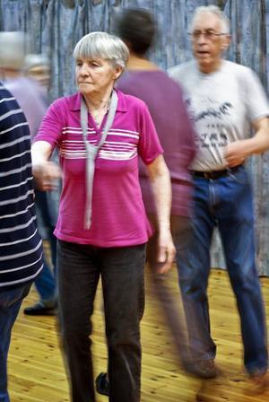 """""""Vi dansar i ring, uppställning och  i par. Dansen är anpassad för pensionärer, så det blir inga hopp och snurrar där du riskerar att tappa balansen"""", säger Henrik Hedberg, till höger i bilden.   Foto: Johanna Östlund"""