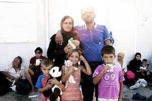 Jevahir och Salih med barnen Mahir, 3, Semira, 4, och Sahir, 6.