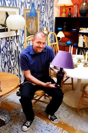 Dan Melin öppnade Returbolaget i mars 2016. Lampan han håller i är designad av Gunnar Ander för Lindshammars bruk.