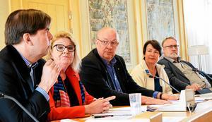Sjukvårdsalliansen fick inte stöd för stafettsjuksköterskor i landstingsstyrelsen. Från vänster, Christer Carlsson (M), Lisbeth Mörk-Amnelius (DSP), Ulf Berg (M), Birgitta Sacrédeus (KD) och Bo Brännström (L).