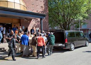 Efter en ceremoni under fredagsbönen bärs kistan ut till den väntande bilen.
