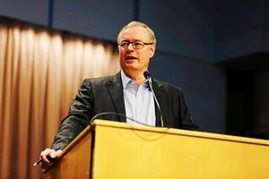 Mikael Rosén (M) försöker vinna över Centerpartiet för att kunna bilda en styrande majoritet i Falun efter valet 2018.