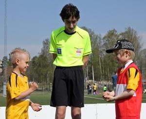 Två knattar och en domare inför en match på spelformsdagen i Ludvika. Fotbollen, likt idrotten i stort, har problem med att unga utövare slutar i alltför tidig ålder. Förhoppningen är att de nya spelformerna ska göra fotbollen tillräckligt attraktiv för att de ska fortsätta spela upp till seniorfotboll. Foto: DFF