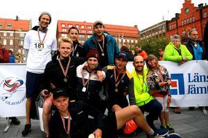 Ledare Mattias Bångman och lagkompisarna i Offerdals SK:s herrar var nöjda över sin tolfeplats. Den goda stämningen i laget gör att fler och fler är intresserade av att delta varje år.