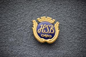 HSB´s logotyp på bostadsrättsföreningen Strandkanalens fasad på Stuvaregatan. HSB står för hyresgästernas sparkasse- och byggnadsförening. Den första föreningen bildades 1923 i Stockholm och HSB var en starkt bidragande faktor till bygget av det svenska folkhemmet.