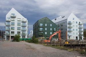 De nya bostadshusen har lutade tak utrustade med solceller, vilket gör att huset tar vara på energi från solen.