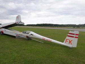 De små planen får ibland transporteras utan vingar och på släp om vädret inte tillåter piloten att flyga hem. Foto: Hugo Höglund.