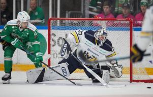 Rögles Leon Bristedt och HV71:s målvakt Jonas Gunnarsson under måndagens ishockeymatch i SHL SM-slutspel åttondelsfinal 2 i bäst av 3 i Lindab Arena.