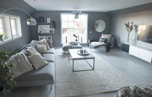 Vardagsrummet är ett stort och ljust rum efter att Gabriella och Anders ersatt det gamla betydligt mindre fönstret med ett som löper från golv till tak.