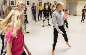 I dansgruppen övar tolv tjejer under ledning av Frida Krantz. Foto: Andreas Valsberg