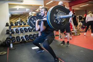 Jeremy Boyce sliter hårt med tunga vikter på stången under frivändningen.