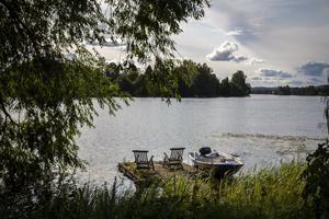 Vackert och fridfullt nere vid vattnet. Ibland tar paret Wahlgren en tur med båten.