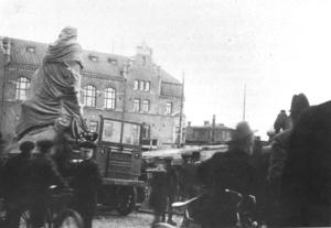 Hultströms staty anländer till torget 1919.