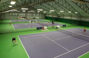 JSM avgörs under sju tävlingsdagar på Falu tennis- och idrottscenters fem inomhusbanor.